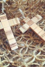 cruz de madera pirograbada