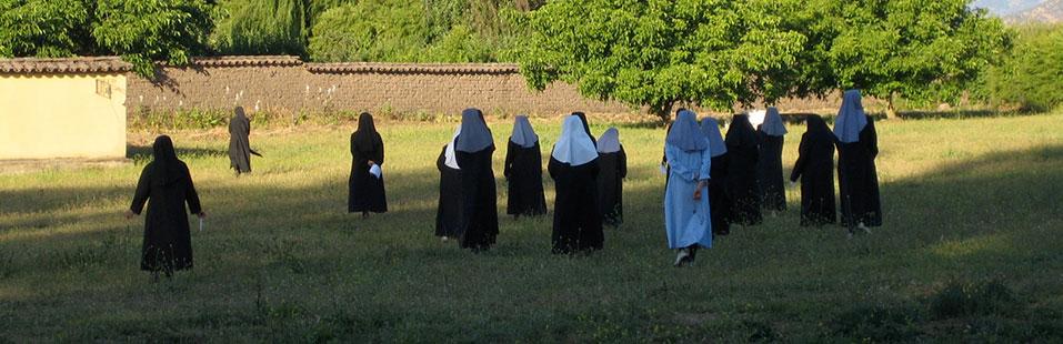 hermanas_caminando